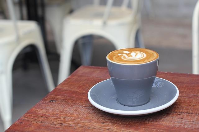 ישיבה בבית קפה